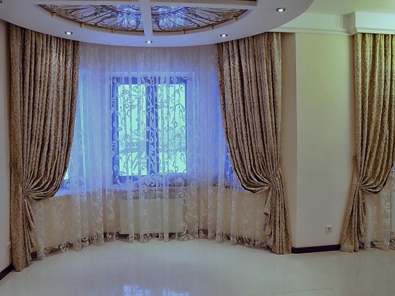 Кухня с двумя окнами на разных стенах в частном доме: 50