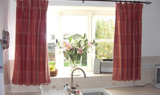shtori-na-kuhnu-svoimi-rukami-3-540x320 Как пошагово сшить шторы на кухню своими руками по выкройке?